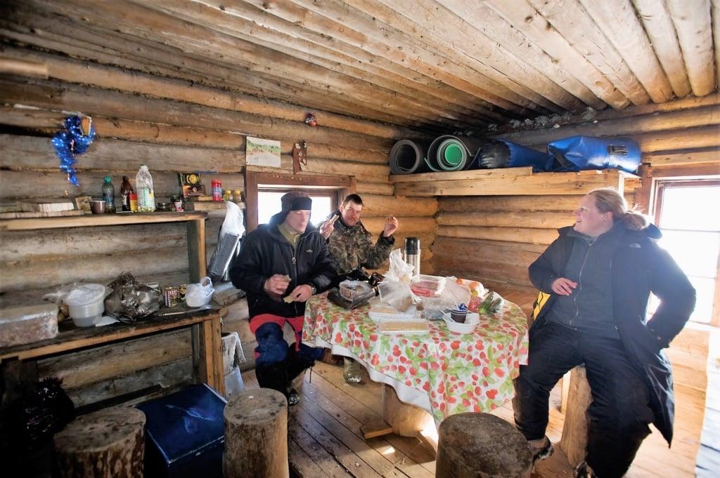 Abendessen im Trappercamp in Russland