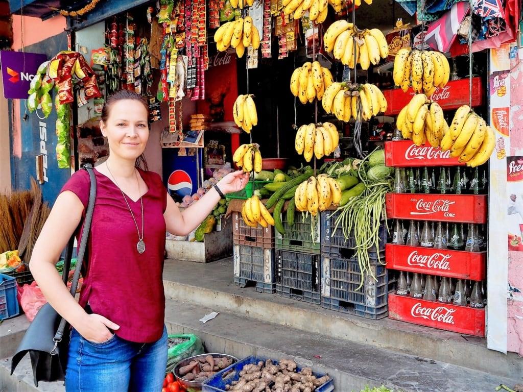Susanne Helmer vor einem Verkaufsstand in Kathmandu