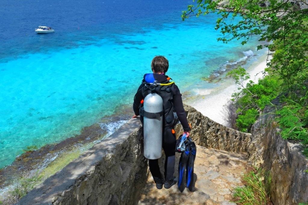 Taucher auf Saba auf dem Weg zum Meer