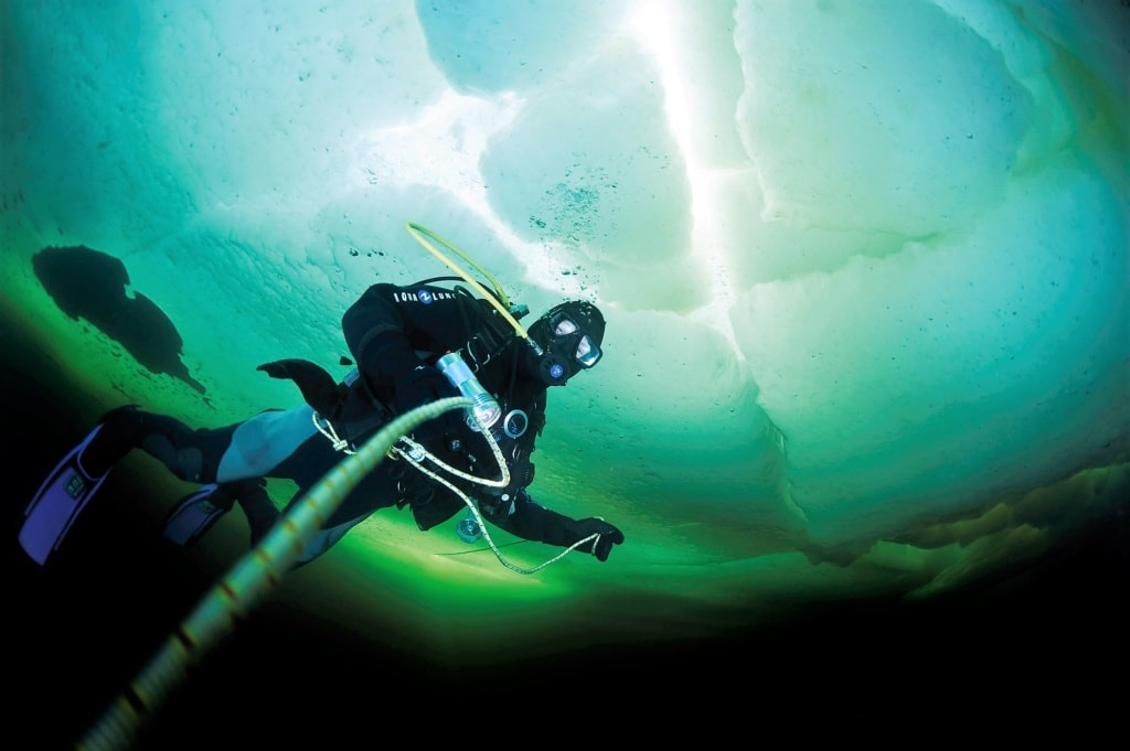 Taucher im Weißen Meer in Russland