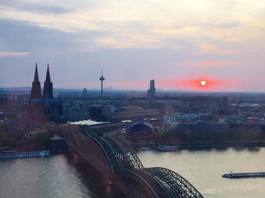 Heute senden wir Grüße aus Köln. So schön versank gestern die Sonne beim Blick vom Triangle-Turm. Hach, wir lieben unsere Stadt einfach! #homeiswherethedomeis #cologne #köln #comewithme #passionpassport #traveldeeper #sunset #niceview #rheinblick #dome #schönhier #heimat
