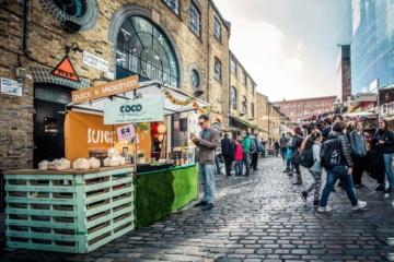Gut besuchter Straßenmarkt in Shoreditch, London