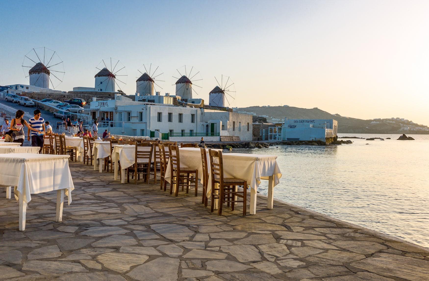Restaurant an Küste auf Mykonos, Griechenland