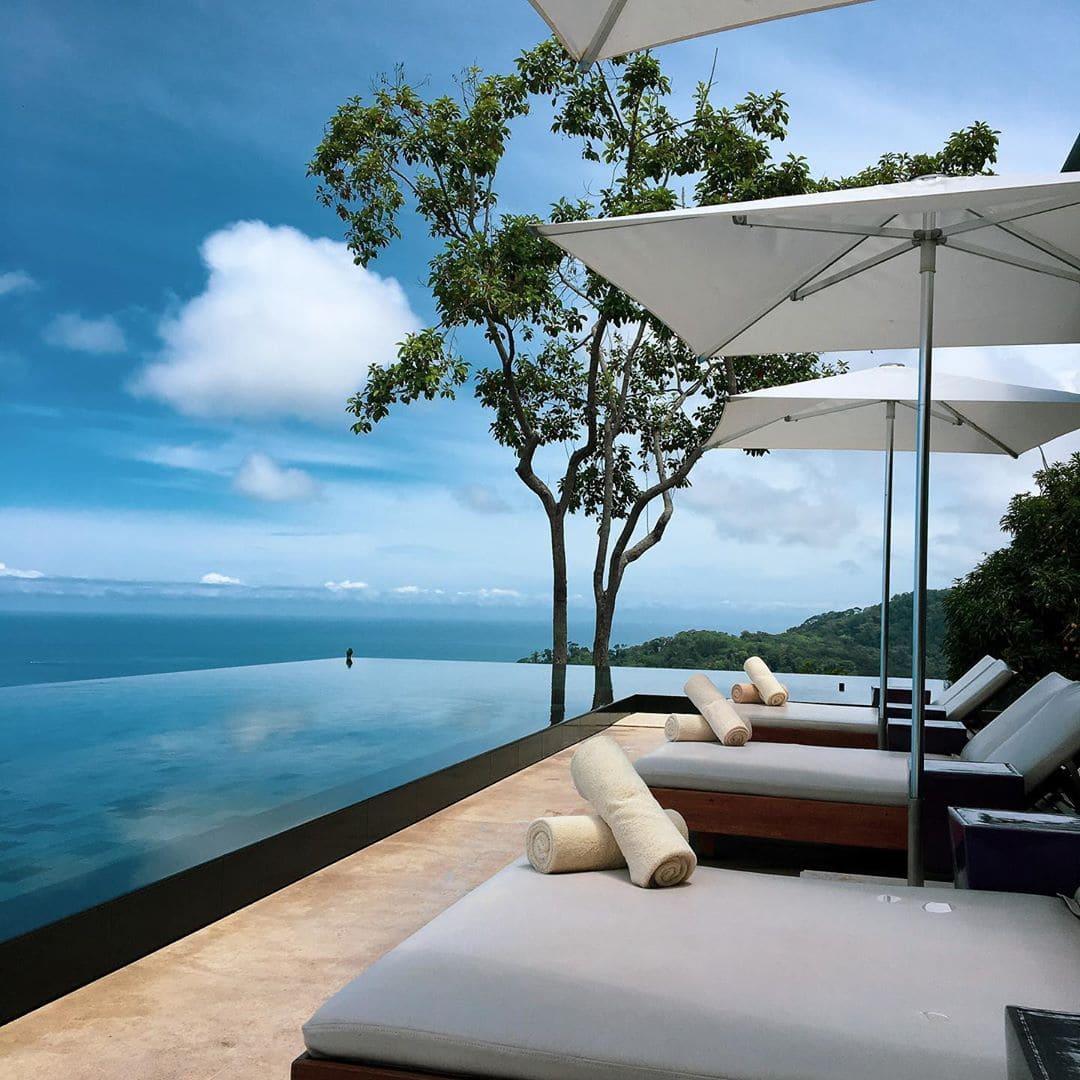 Ruhe. Entspannung. Idylle. Das @kuracostarica ist wirklich ein wunderbarer Zufluchtsort. Und hoch oben im Hang hat man eine fantastische Sicht auf das Meer bei Uvita. Hier spiegelt sich sogar der Sonnenuntergang im Infinity-Pool. Was will man mehr? @cayugacollection #costarica #puravida #passionpassort #travelgram #travel #welivetoexplore #mytinyatlas #sustainabletravel #uvita #cayugacollection