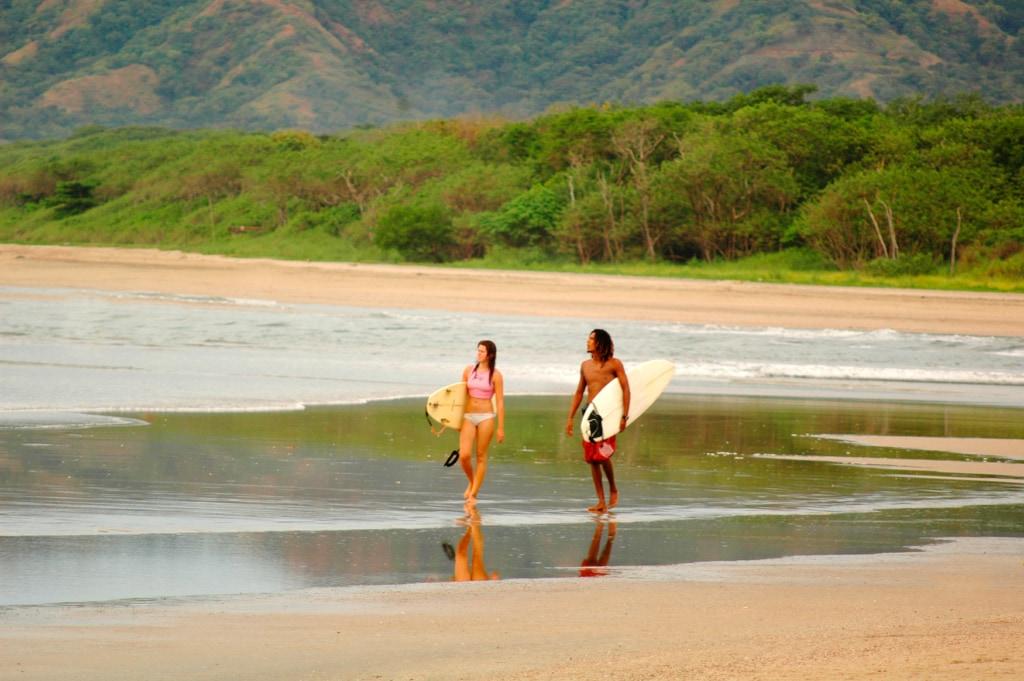 Zwei Surfer am Strand von Samara in der Provinz Guanacaste, Costa Rica