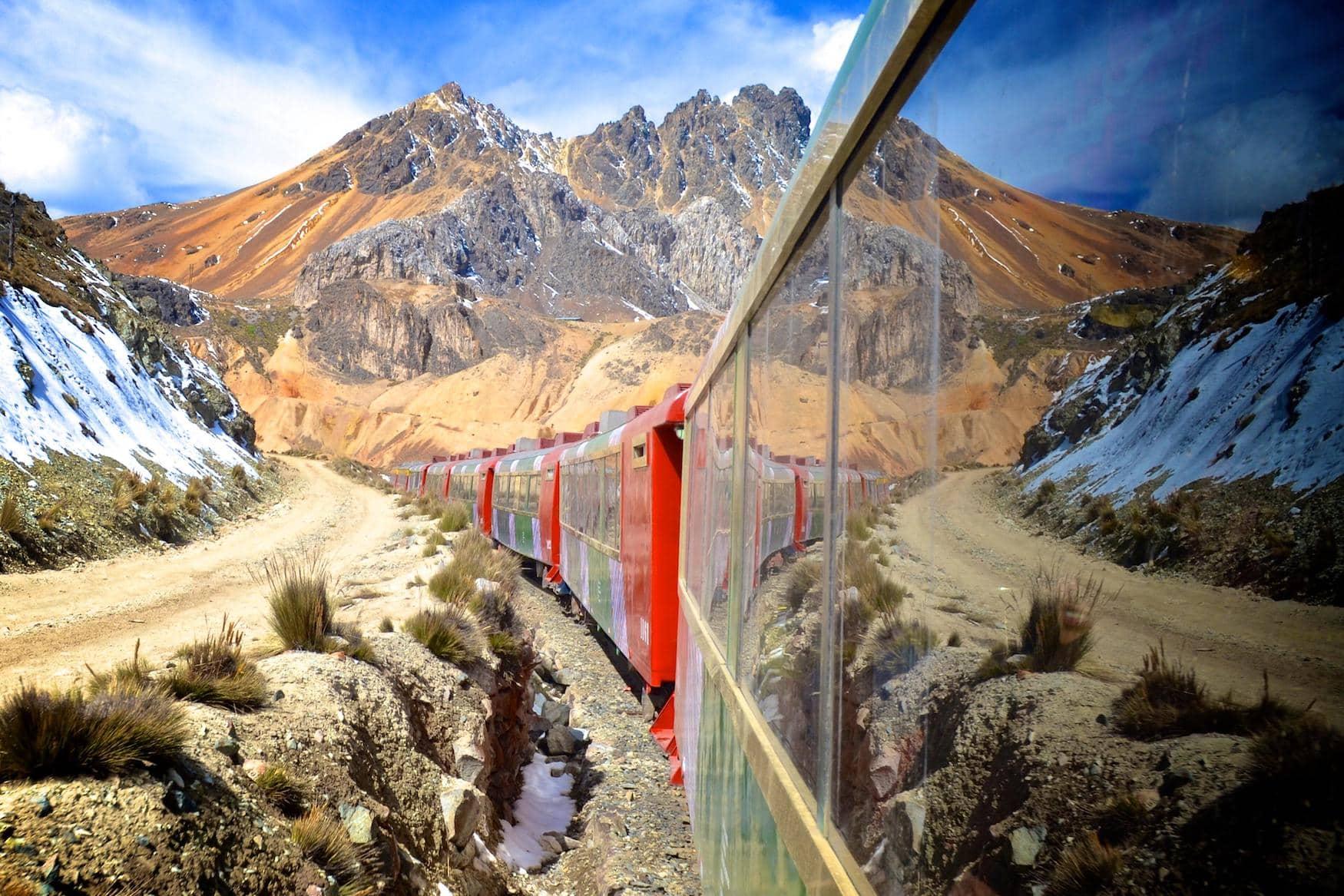Die Ferrocarril Central Andino fährt durch die peruanischen Anden