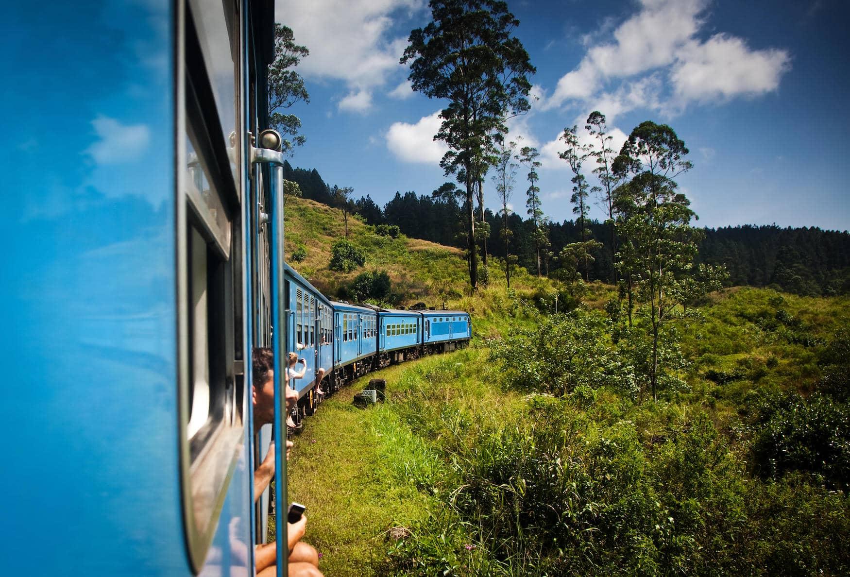 Durch sattgrüne Landschaften und Teefelder: Die Zugfahrt von Kandy nach Ella auf Sri Lanka ist legendär