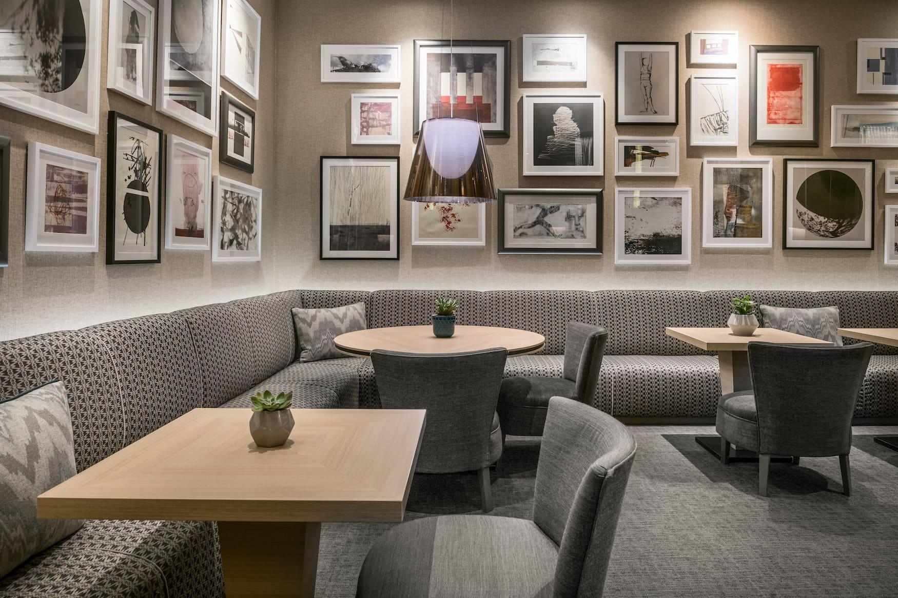 In der Lounge des AC Hotels Cuzco in Madrid hängen viele verschiedene Bilder