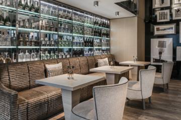 Barstühle und Cocktailbar im AC Hotel Cuzco in Madrid