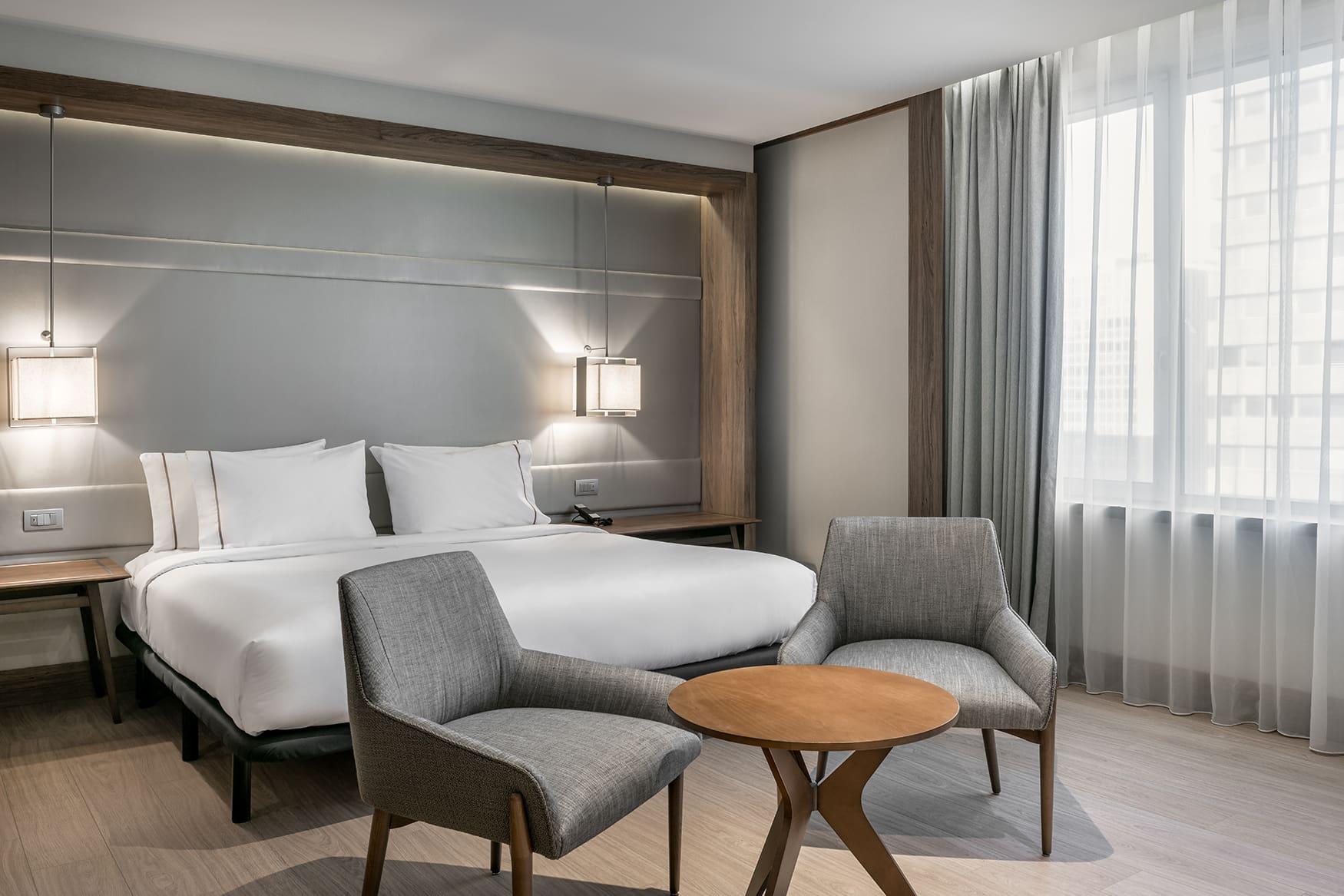 Grau- und Erdtöne dominieren das Interior der Zimmer im AC Hotel Cuzco in Madrid