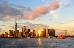 Blick auf die Skyline New Yorks von Fähre aus