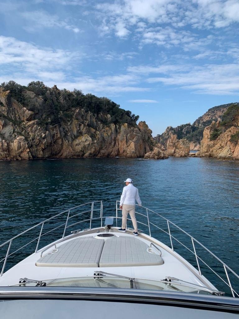 Mann auf Yacht an der Costa Brava