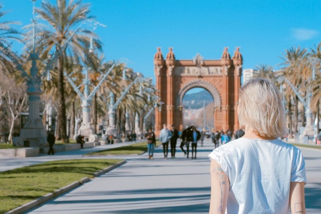Frau beim Sightseeing in Barcelona
