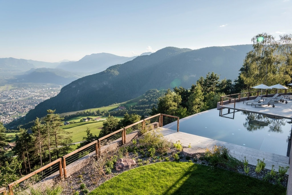 Pool und Garten im Hotel Belvedere