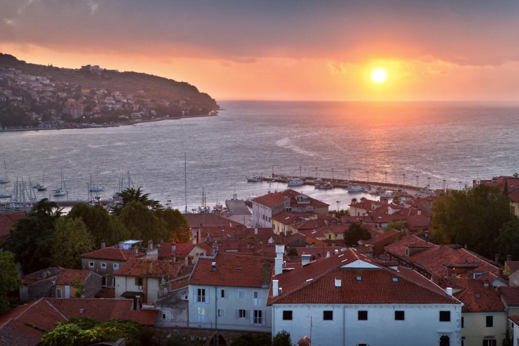 Sonnenuntergang an der Küste in Koper in Slowenien