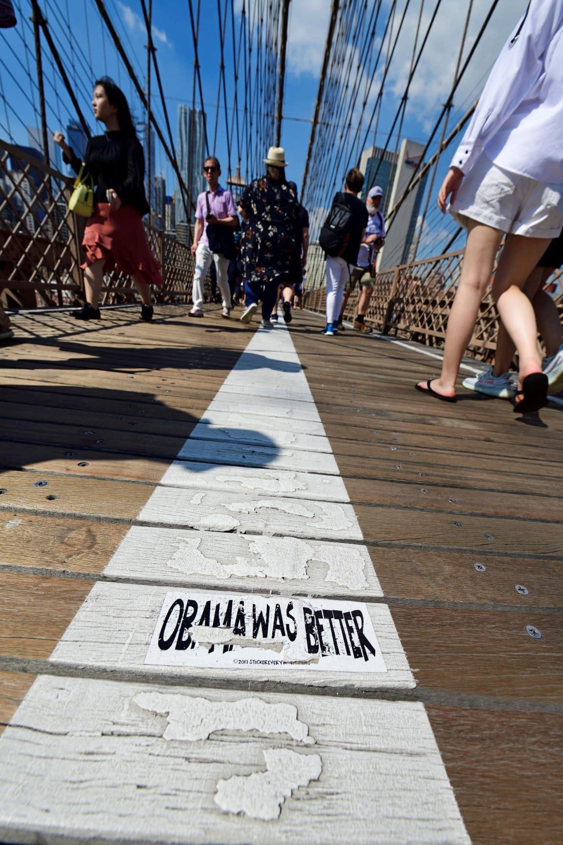 """Obama was better"" Aufkleber Brücke New York"