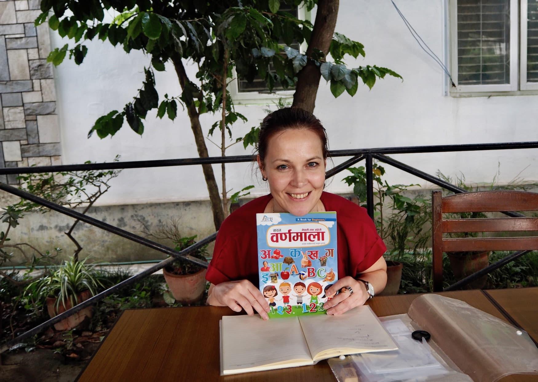 Susanne Helmer mit Nepalesisch-buch