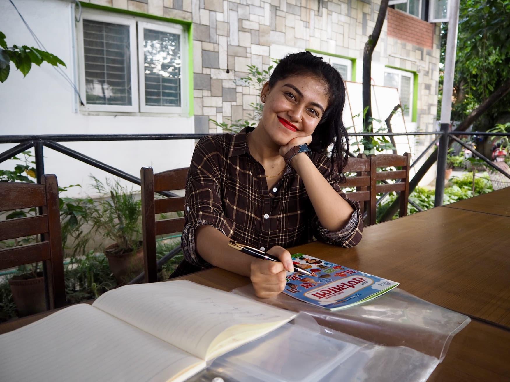 Nepalesische Frau lächelt in Kamera