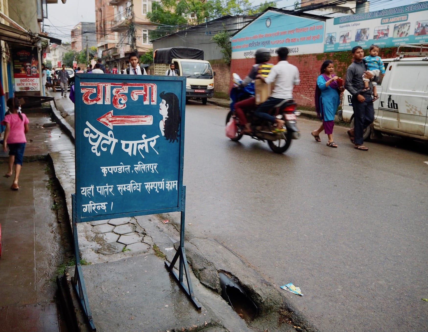 Straßenschild auf Nepalesisch