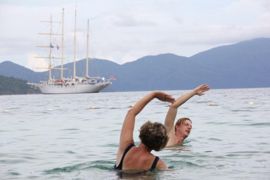 Mann und Frau beim Yoga im Wasser