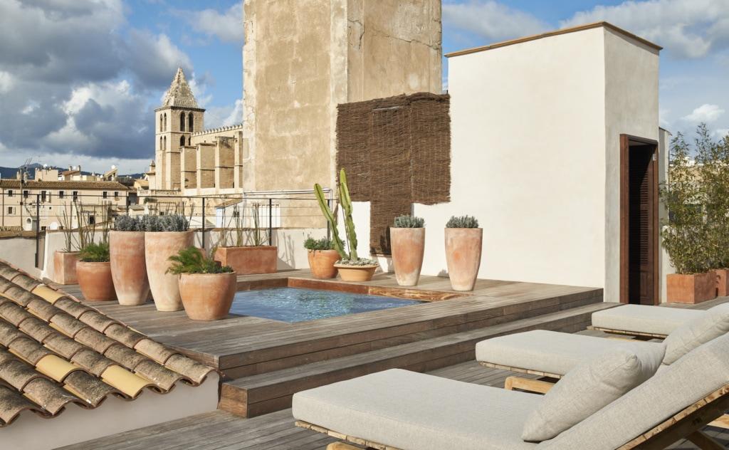 Im Can Bordoy warten gleich zwei Pools - wobei der Dachpool eher ein stylisches Plantschbecken ist.