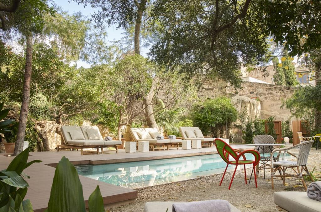 Abkühlung gefällig? Dieser Pool im Garten des Can Bordoy auf Mallorca garantiert Abkühlung.