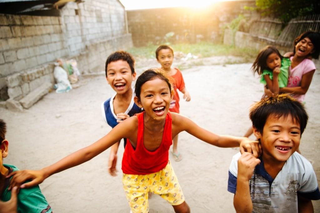 Fröhliche Kinder auf den Philippinen