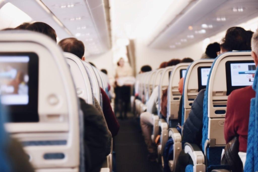Blick von hinten in Sitzreihen