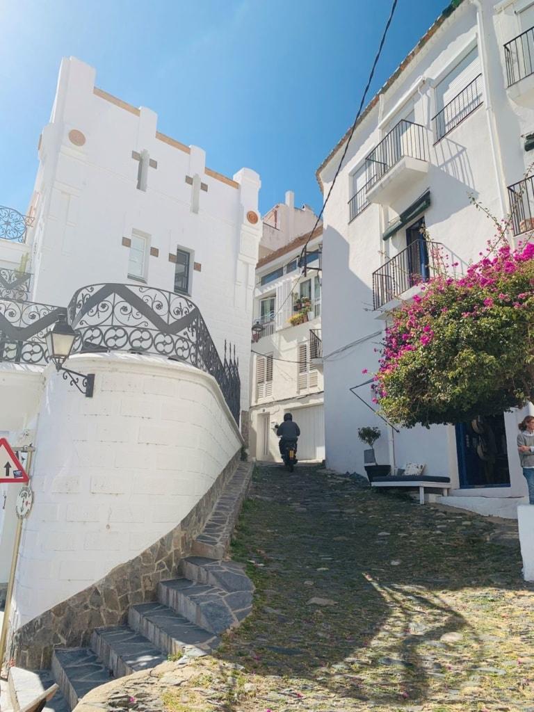 Gasse in Cadaqués in Katalonien