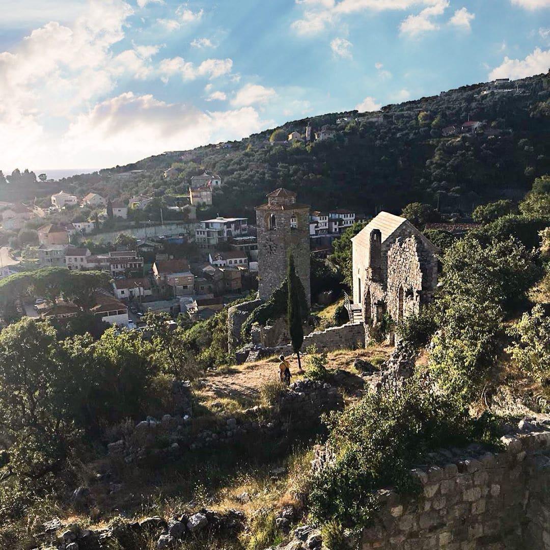 Das Hinterland von #Montenegro. Was hat das Land abseits von Kotor zu bieten? Das gilt es gerade für Louisa herauszufinden. #travel #outside_project #interrail #welivetoexplore #passionpassport