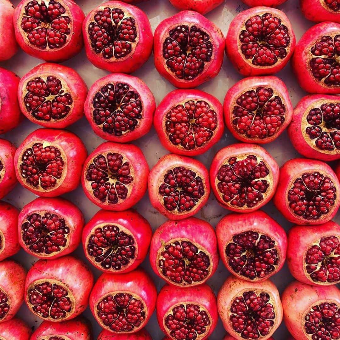 Granatapfel everywhere. @aspirinia hat sich auf dem Carmel Markt in Tel Aviv umgesehen und verließ ihn wieder mit knurrendem Magen! #israel #telaviv #reportervorort #welivetoexplore #passionpassport #travelgram #reise #red