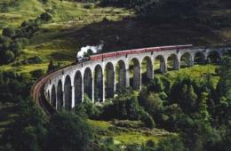 Zug rattert über Brücke