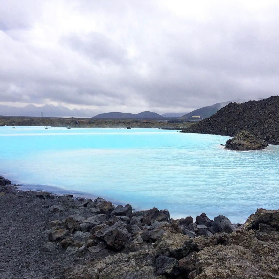 Obwohl die Blaue Lagune einer der meist besuchtesten Orte Islands ist, war Redakteurin Linda @gold_gelb eher enttäuscht. Die Halbinsel Reykjanes im südwestlichen Teil der Insel wird oft auf die Lagune beschränkt. Die Halbinsel hat jedoch so viele wunderschöne und vielfältige Orte zu bieten, die dabei noch echte Geheimtipps sind. #reykjanes #reykjanesgeopark #visiticeland #island #travel #passionpassport #reportervorort #promoteiceland #bluelagoon #icelandtravel #mytinyatlas
