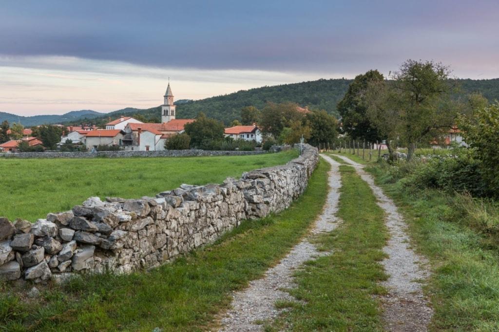 Trockenmauer in einem Dorf in Slowenien