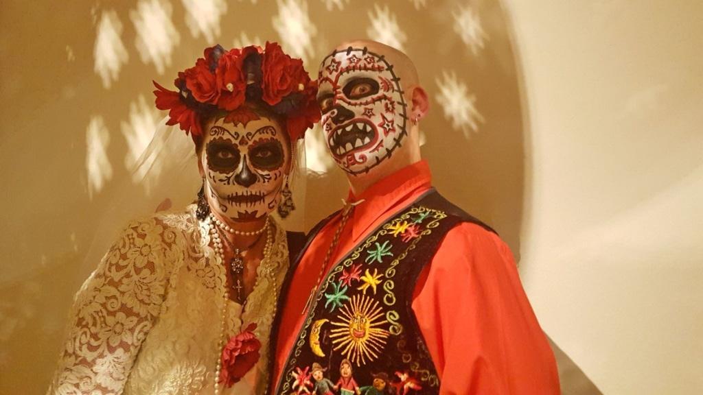 Mann und Frau beim Día de los Muertos