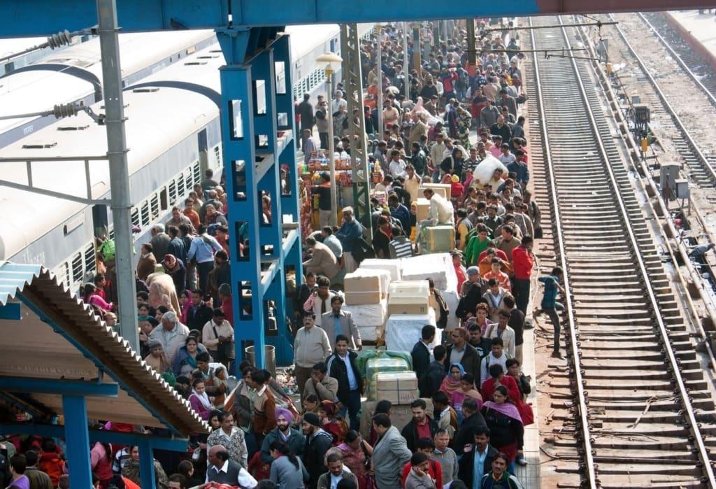 Menschenmasse am Gleis im Bahnhof Delhi, Indien