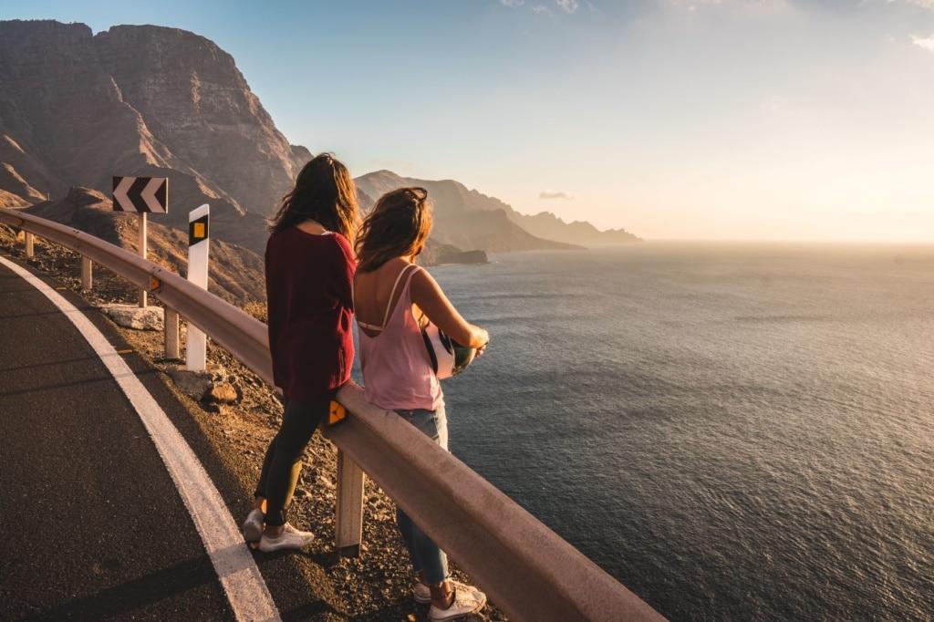 Frauen beobachten den Sonnenuntergang auf Gran Canaria