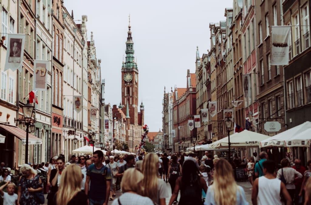Gefüllte Fußgängerzone in Danzig, Polen
