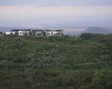 Am Kraterrand eines erloschenen Vulkans erhebt sich die Pikaia Lodge majestätisch über den Dschungel von Santa Cruz auf den Galapagos-Inseln.