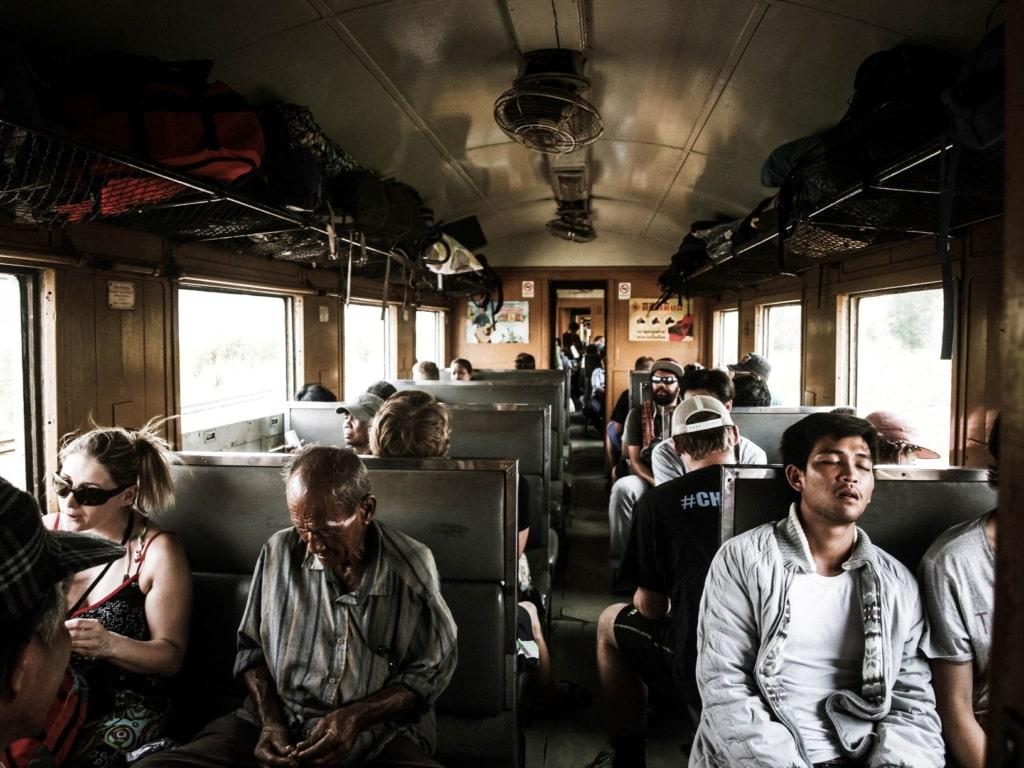Passagiere in einem Abteil eines Zuges in Indien