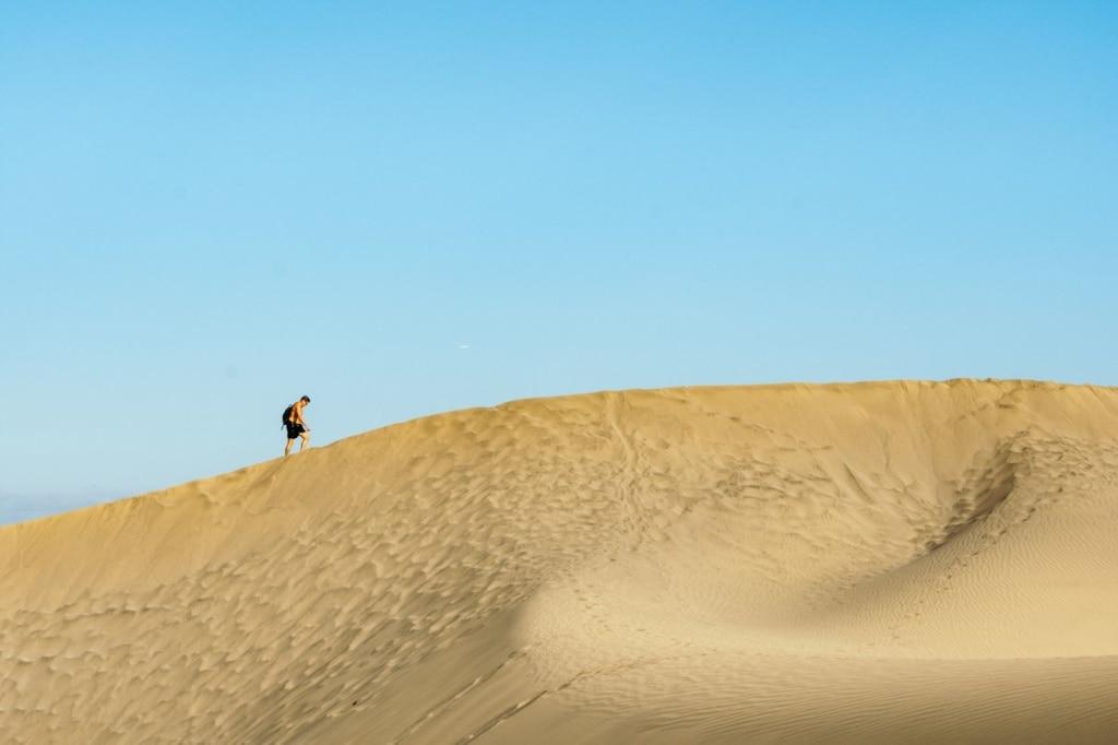 Mann durchstreift die Dünen von Maspalomas auf Gran Canaria
