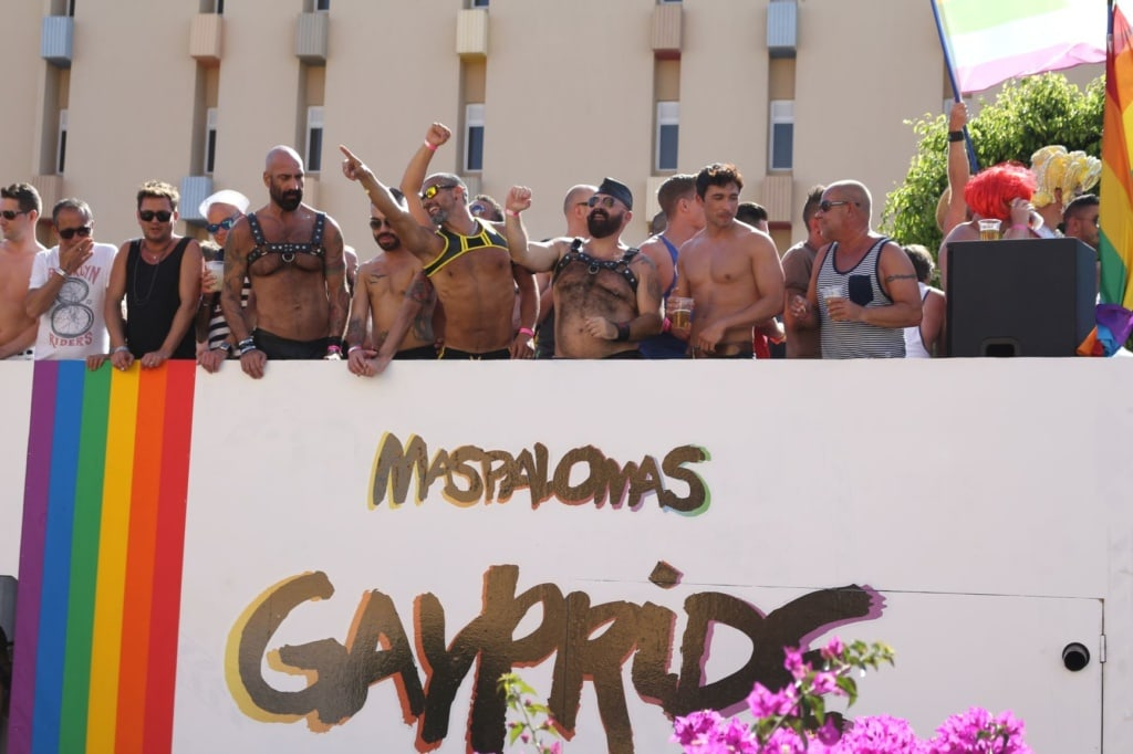 Teilnehmer auf Paradewagen beim Maspalomas Pride