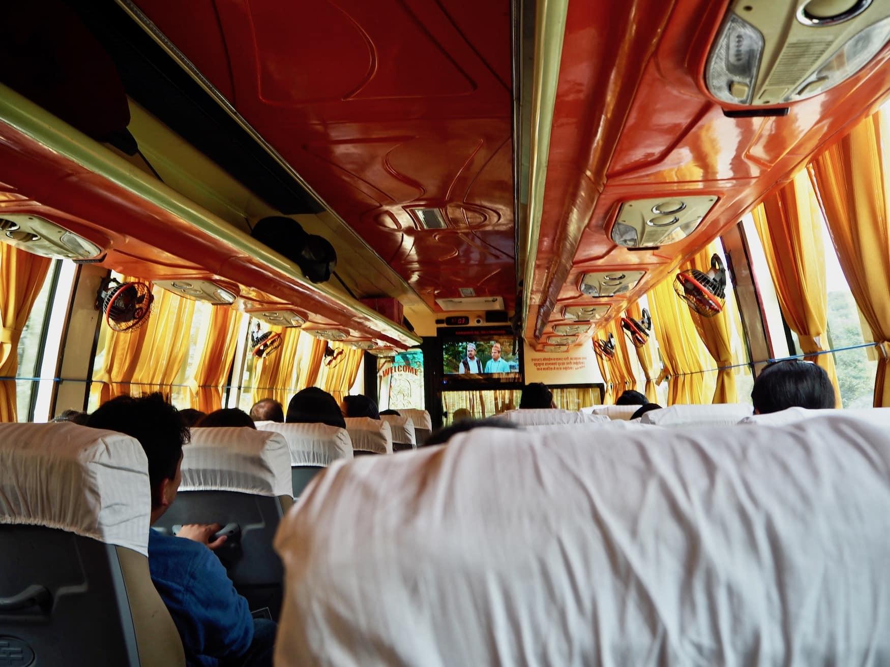Busfahren in Nepal: Film-Unterhaltung inklusive