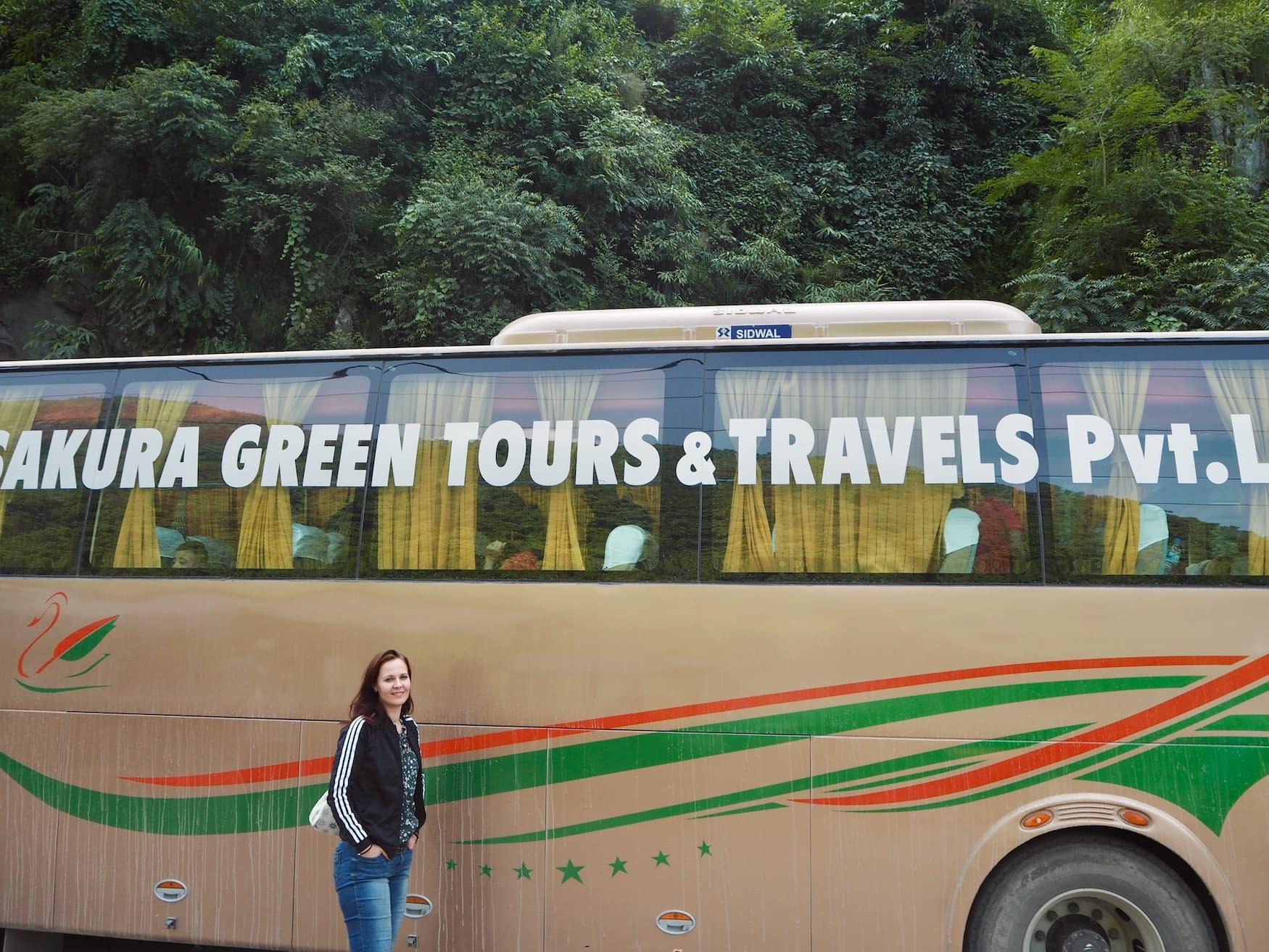 Busfahren in Nepal: Susanne Helmer vor einem Reisebus