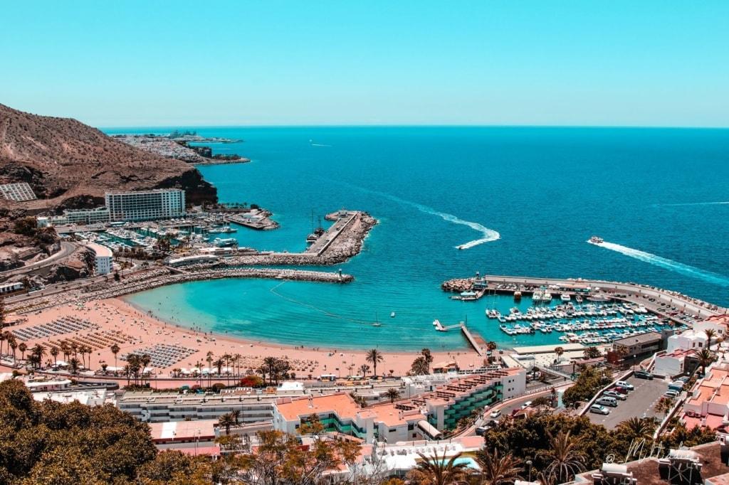 Blick auf Puerto Rico Strand in Las Palmas auf Gran Canaria
