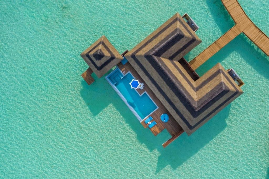 Overwater Family Villa im Pullman Maldives aus der Luft