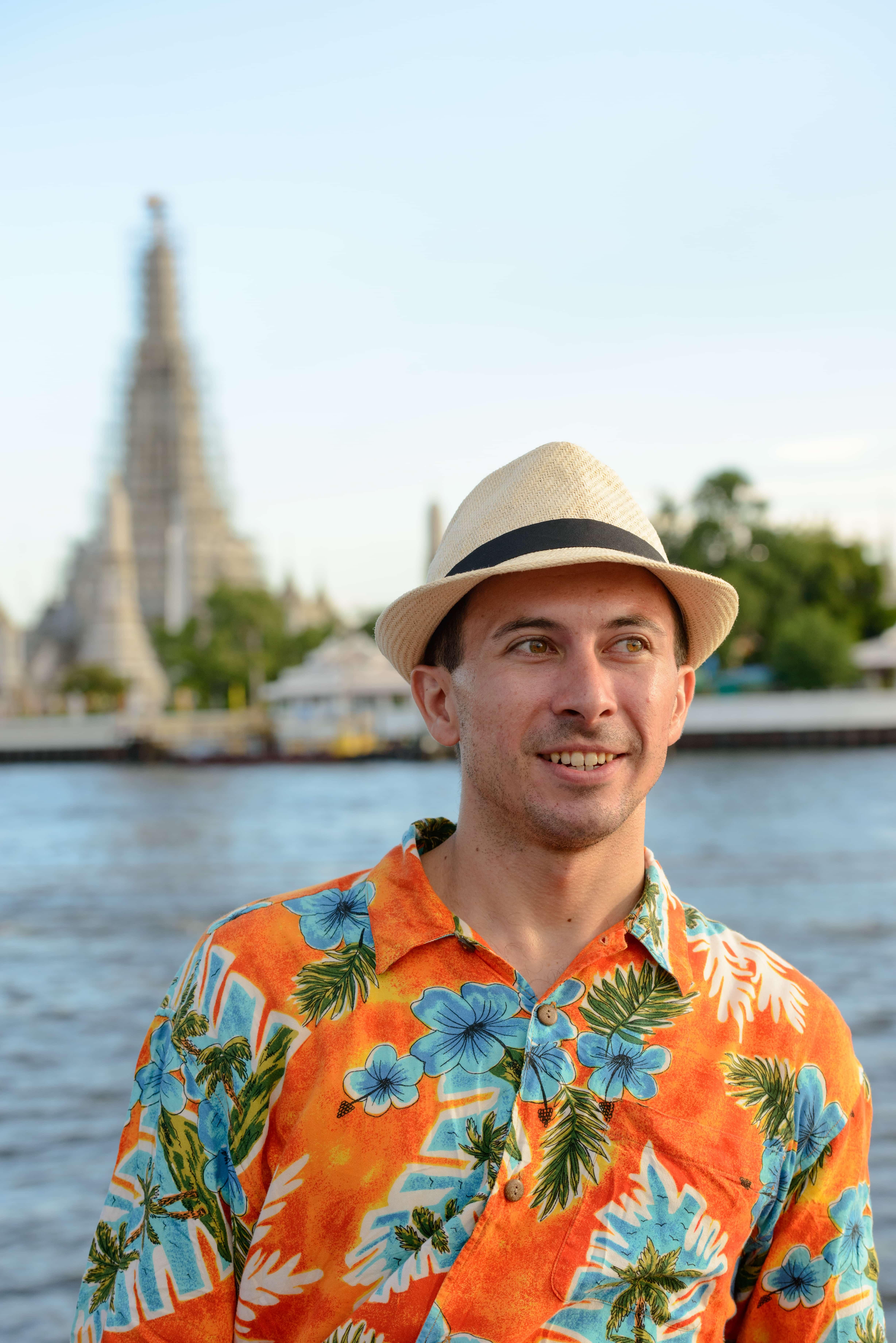Mann mit Hawaiihemd und Hut