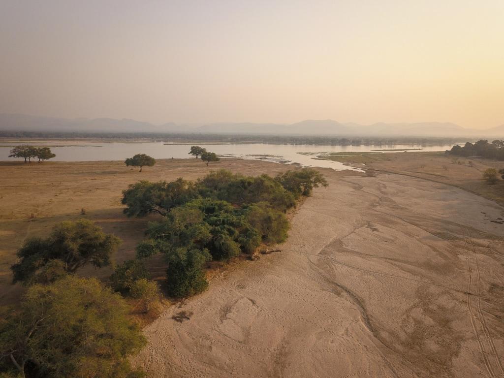 Breit und wild fließt der Sambesi am Chikwenya Camp vorbei.