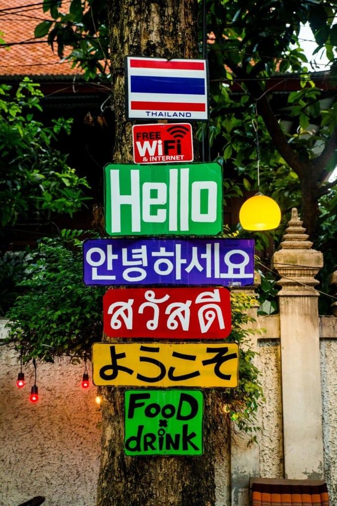 Schilder in verschiedenen Sprachen in Bangkok