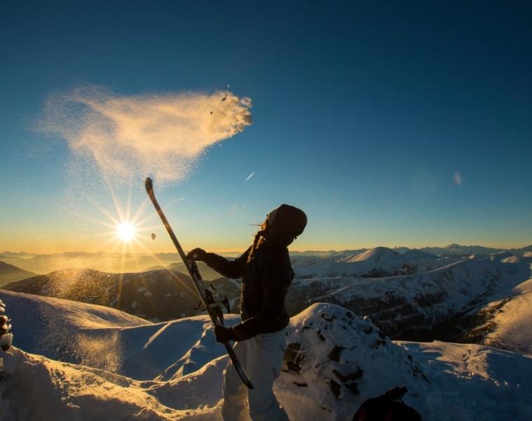 Spaß im Kärntner Winter: Frau im Schnee